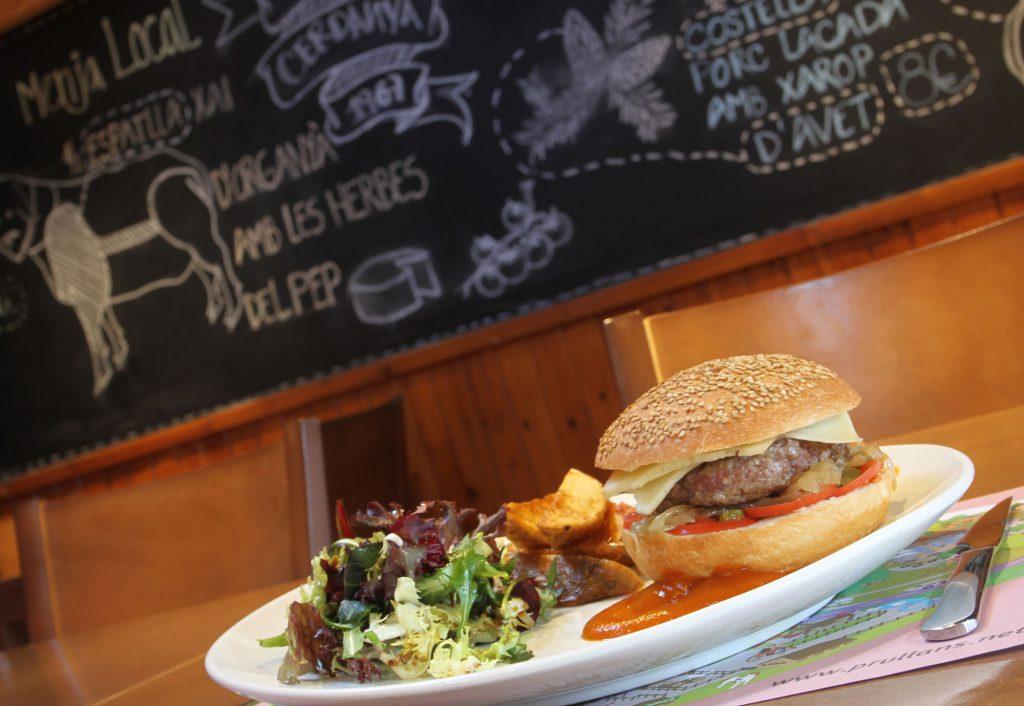 Restaurant KM Cerdanya: hamburgueses ecològiques, pizzes de forn de llenya, plats combinats. Ideal per a tota la família