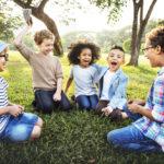 7 jocs infantils a l'aire lliure que combinen diversió i aprenentatge