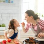 Menjar sa per a nens: 3 trucs per a implicar-los en la seva elaboració